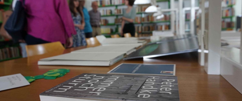 Besucher*innen im Literaturarchiv bei der Führung auf den Spuren von Stefan Zweig und Peter Handke.