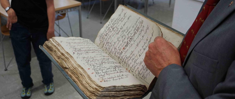 Im Salzburger Landesarchiv werden historische Dokumente aus vielen Jahrhunderten gelagert.