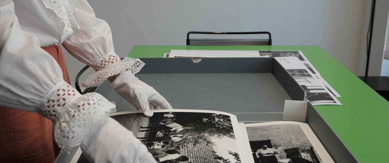 Lichtgeschützt und mit Baumwollhandschuhen: Die alten Fotografien im Fotohof Archiv werden besonders behandelt.