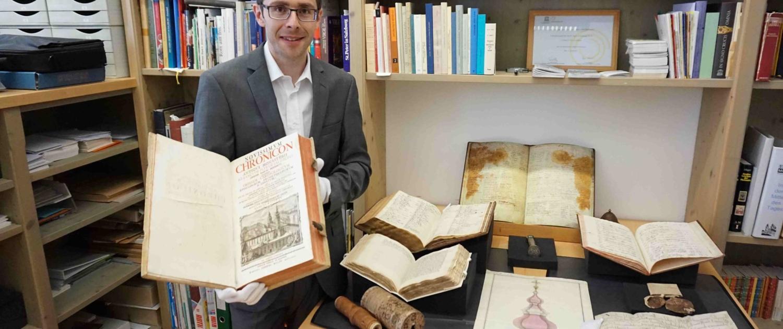 Der Stiftsarchivar von St. Peter präsentiert historische Dokumente aus dem ältesten Stift im deutschen Sprachraum.