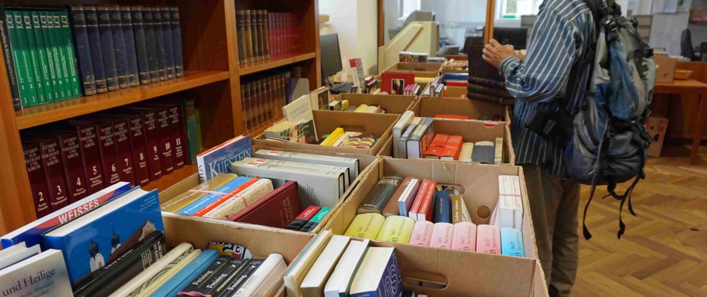Schnäppchenjäger schlagen beim Büchermarkt im Archiv der Erzdiözese zu.