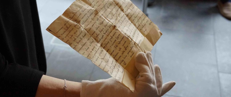 Eine historische Urkunde mit Siegel im Archiv der Erzdiözese Salzburg.