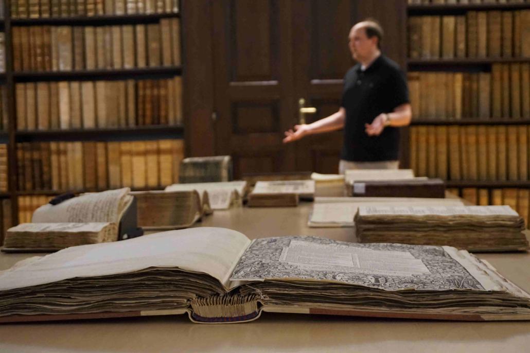 Historische Bücher und wertvolle Texte zeugen von der langen Vergangenheit der Uni Salzburg.
